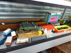 A SMALL COLLECTION OF VINTAGE MODEL RAILWAY TO INCLUDE HORNBY.