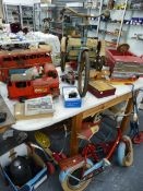 A QUANTITY OF VINTAGE INDOOR AND OUTDOOR TOYS TO INCLUDE A TRIANG MONACO RIDE ON CAR, RALEIGH