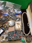 A COLLECTION OF VINTAGE AND OTHER JEWELLERY TO INCLUDE A GILDED LOCKET, CUFFLINKS, A STONE SET