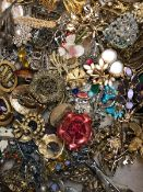 A LARGE COLLECTION OF ANTIQUE AND VINTAGE VARIOUS BROOCHES TO INCLUDE STONE SET EXAMPLES, BUCKLES,