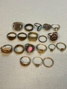 A 9ct GOLD WEDDING BAND, TWO FURTHER GOLD RINGS, AND A SELECTION OF BRASS AND OTHER RINGS. GROSS