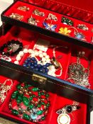 A JEWELLERY BOX AND CONTENTS, TO INCLUDE A SILVER BAND, AND GENERAL VINTAGE COSTUME PIECES.