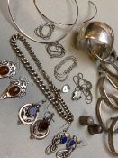 A COLLECTION OF HALLMARKED AND OTHER SILVER AND WHITE METAL JEWELLERY TO INCLUDE BANGLES,
