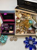 A COLLECTION OF VINTAGE AND MODERN JEWELLERY AND COLLECTABLES TO INCLUDE A PAIR OF ANTIQUE DROP