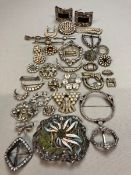 A SELECTION OF ANTIQUE AND VINTAGE STONE SET BROOCHES TO INCLUDE DIAMANTE, PASTE, RHINESTONE, ETC.