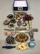 A QUANTITY OF 20th C. BROOCHES, VARIOUS STYLES AND DESIGNS.