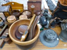QUANTITY OF ANTIQUE PEWTER WARES, TREEN BOWLS, A BRASS MOUNTED LEVEL, ETC.