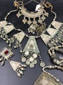A QUANTITY OF VARIOUS VINTAGE TRIBAL NECKLACES AND ASSOCIATED PARTS INCLUDING STONE INSET AND