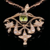 AN EDWARDIAN 9ct GOLD SEED PEARL AND PERIDOT OPEN WORK PENDANT SUSPENDED ON A 9ct ROSE GOLD FANCY