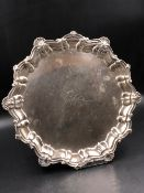 AN EDWARDIAN HALLMARKED SILVER THREE FOOTED SALVER, DATED 1906 LONDON FOR CHARLES BOYTON & SON