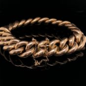 AN EDWARDIAN 15ct GOLD CURB BRACELET, COMPLETE WITH INTEGRAL CLASP AND SAFETY CHAIN. LENGTH APPROX