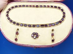 AN ANTIQUE 9ct GOLD AND GARNET SET COLLAR, BROOCH AND EARRING SUITE, IN A FITTED CASE. THE NECKLET