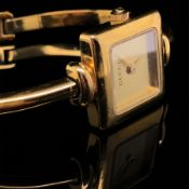 GUCCI GOLD PLATED LADIES BANGLE WATCH, REF. 1900L. GOLD DIAL, GOLD HANDS, QUARTZ MOVEMENT, LADDER