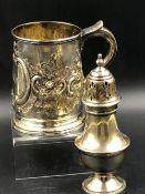 A GEORGIAN HALLMARKED SILVER TANKARD WITH REPOUSSE DECORATION, AND INITIAL ENGRAVING TO THE