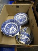 SMALL BOX CONTAINING WILLOW PATTERN PART TEA WARES