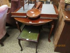 20TH CENTURY MAHOGANY OVAL EXTENDING DINING TABLE RAISED ON FOUR PAD FEET (WITH TWO EXTRA LEAVES)
