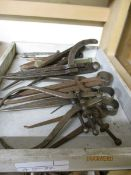 SMALL TRAY CONTAINING VINTAGE CALIPERS ETC