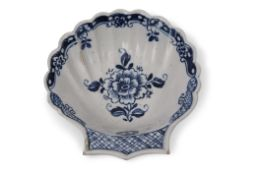 18th century Lowestoft porcelain shell dish, the moulded body decorated in underglaze blue with a
