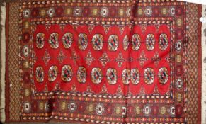 20th century Shiraz wool rug in red, blue and beige, featuring 20 oval medallions to centre (in