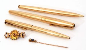 Mixed Lot: Parker 61 rolled gold fountain pen, pencil and ballpoint pen, a 9ct gold Etruscan brooch,