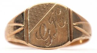 9ct gold signet ring, the panel engraved with the initials GH and decorated with engine turned