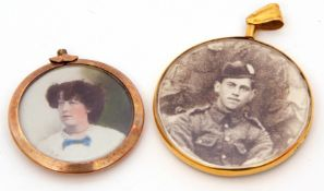 Mixed Lot: 9ct gold framed circular glazed double sided locket, Chester 1915, 4cm diam, together