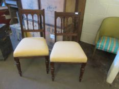 PAIR OF EDWARDIAN MAHOGANY FRAMED SPINDLE BACK DINING CHAIRS WITH TURNED FRONT LEGS WITH CREAM