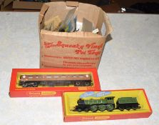 Box of miscellaneous 00 gauge railway items including: 6 x boxed Airfix kits: 3 locos and 1 pair