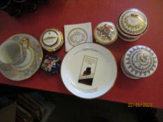 QUANTITY OF VARIOUS ROYAL COMMEMORATIVE TRINKET BOXES TOGETHER WITH A CUNARD QEII FAREWELL