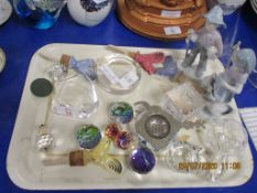 TRAY CONTAINING VARIOUS SMALL COLLECTIBLES INCLUDING BOTTLE POURERS ETC