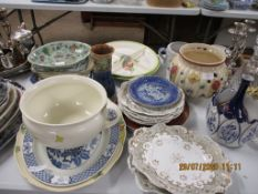 QUANTITY OF VARIOUS DECORATIVE AND HOUSEHOLD CERAMICS TO INCLUDE A ROYAL DOULTON VASE (A/F) ETC