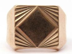 9ct gold gent's ring, a square panel with an engraved geometric design, with plain polished