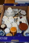 BOX OF VARIOUS CHINA WARES INCLUDING WEDGWOOD ITEMS AND QUANTITY OF FLATWARES