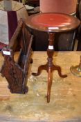 OAK MAGAZINE RACK AND A MAHOGANY CIRCULAR PEDESTAL WINE TABLE, 48CM WIDE AND 30CM DIAM RESPECTIVELY
