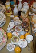 MIXED CHINA WARES INCLUDING AN AYNSLEY VASE, AYNSLEY COTTAGE GARDEN VASES, TOBY JUG ETC