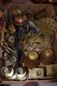 BOX OF VARIOUS BRASS AND COPPER ITEMS INCLUDING MODEL OF A GOLFER AND SOME HORSE BRASSES ON