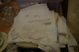 COLLECTION OF TABLE LINENS