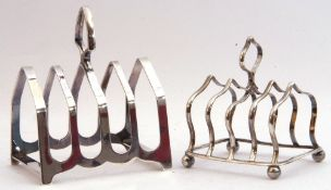 Mixed Lot: small George V toast rack, 4 divisions with shaped carrying handle standing on four