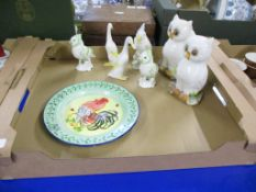 TRAY CONTAINING CERAMIC BIRD SCULPTURES AND A PLATE PAINTED WITH A CHICKEN