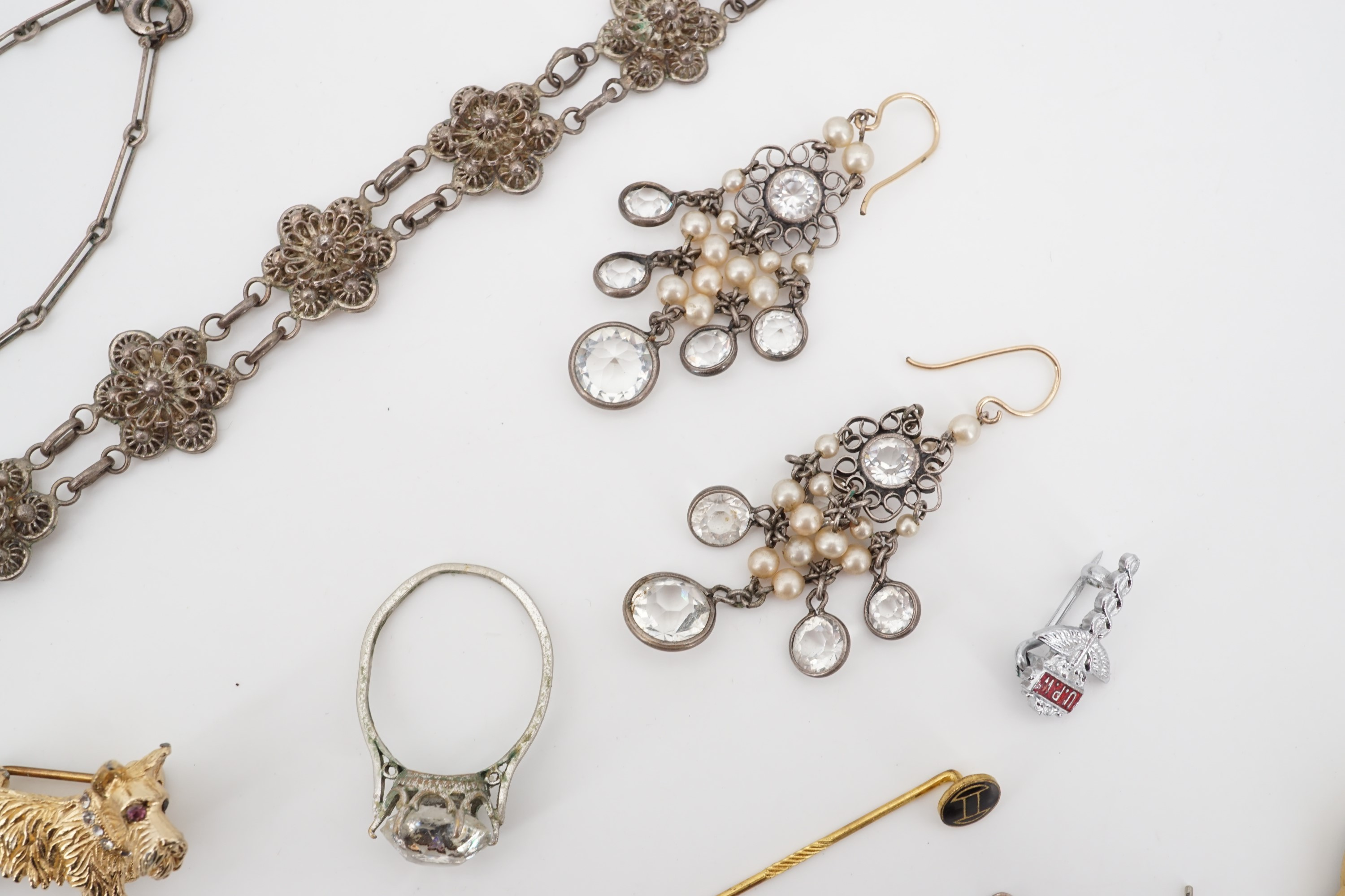 Lot 713 - Vintage costume jewellery, including paste ear pendants, brooches, a white metal filigree