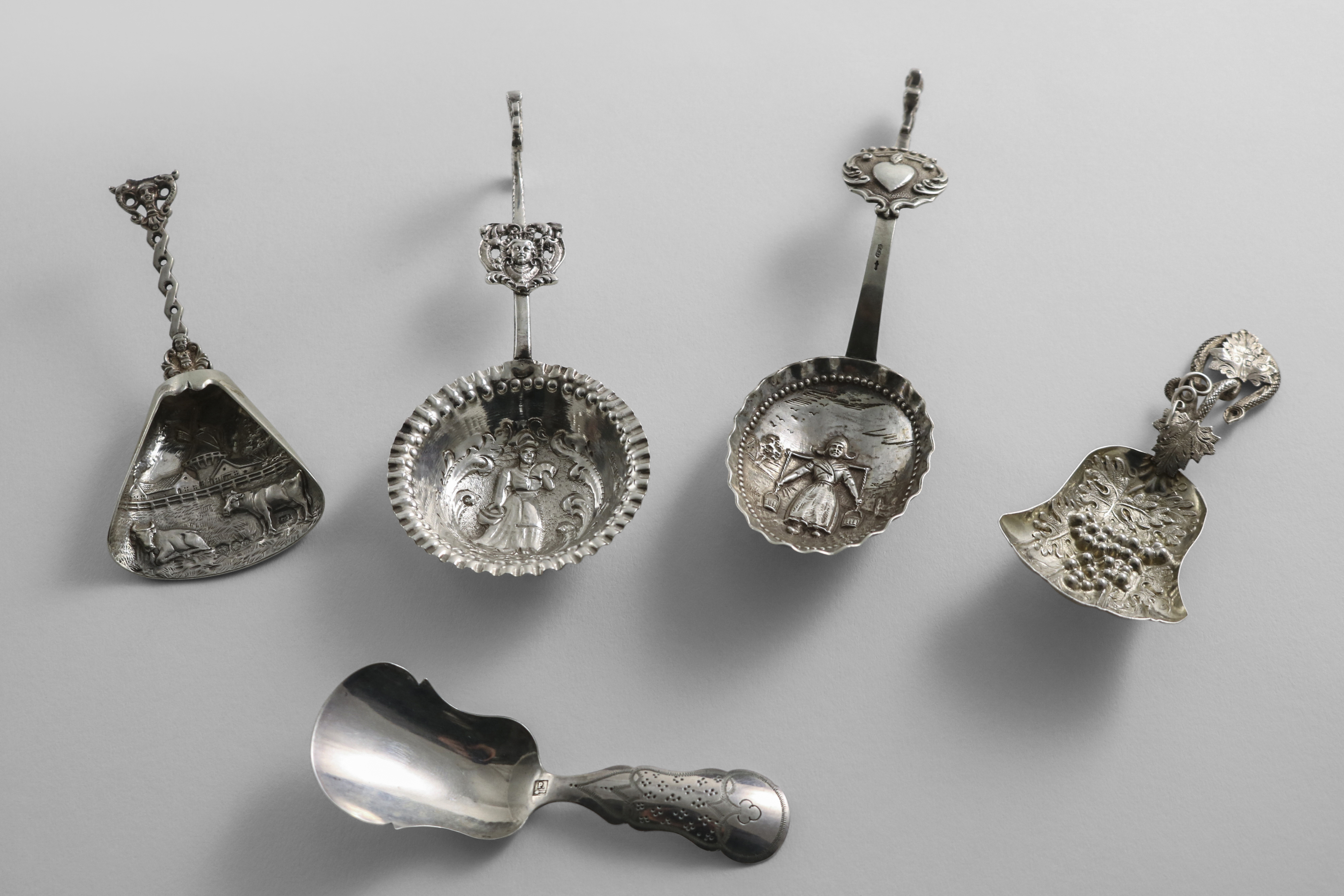 Lot 19 - A VICTORIAN SILVER CADDY SPOON with an embossed, fan-shaped bowl and a tendril, by Hilliard &
