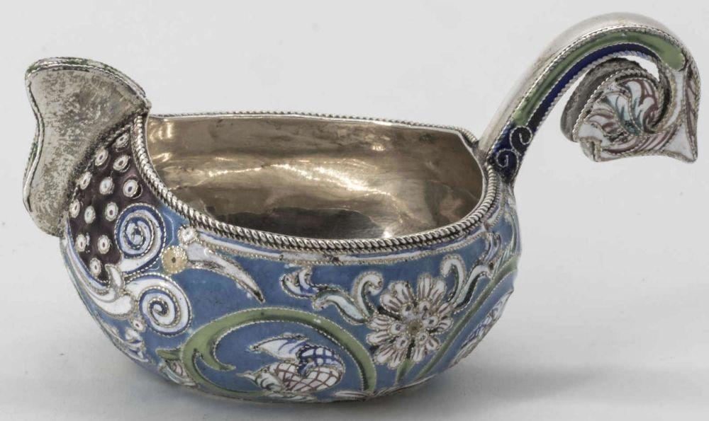 Russischer Cloisonné Kowsch, (1899 - 1908), Silber, oval, verschiedenfarbig floral ornamental emailliert. Punzen am Boden: 84 Mädchenprofil nach links und Meistermarke. Länge: ca. 78 mm, Breite: ca