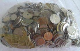 Lot Münzen aus Haushaltsauflösung, alle Welt, undurchsuchte Fundgrube, Gewicht ca. 2,95 kg. Lot of