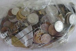 Lot Münzen aus Haushaltsauflösung, alle Welt, undurchsuchte Fundgrube, Gewicht ca. 1535 g. Lot of