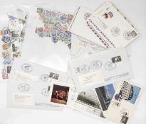 Sammlung lose Briefmarken: BRD, DDR, Europa. Dazu über 40 Belege / FDC mit Sonderstempel, teilweise