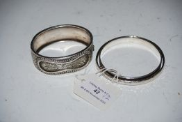 SILVER BANGLE STAMPED 925, TOGETHER WITH A WHITE METAL ENGRAVED BANGLE
