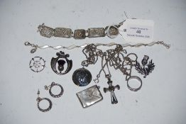 SMALL COLLECTION OF ASSORTED SILVER RINGS, BROOCHES, PENDANTS, FILIGREE BRACELET, ETC.