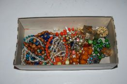 COLLECTION OF ASSORTED COSTUME JEWELLERY INCLUDING NECKLACES, BROOCHES, DRESS RINGS, ETC.