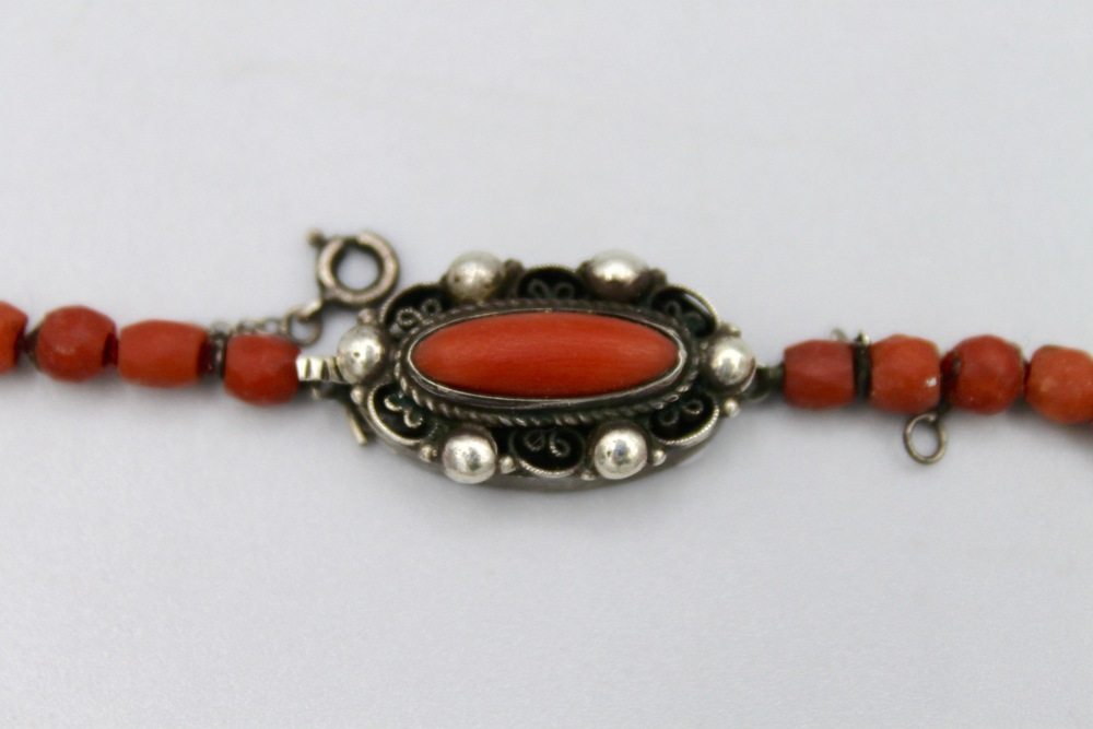 Lot 39 - Collana in corallo rosso con pendente - A red coral necklace with pendant