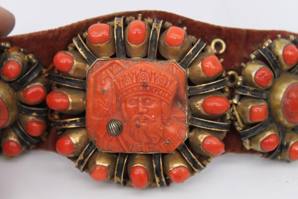 Lot 54 - Rara cintura in bronzo dorato con applicazioni in corallo - A rare bronze belt with coral plaques.